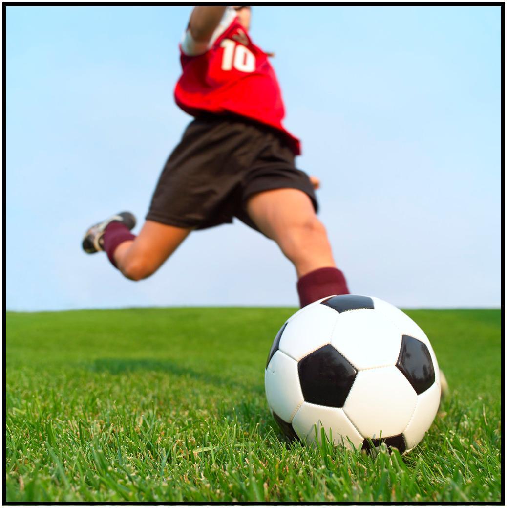 ragazzo gioca a pallone