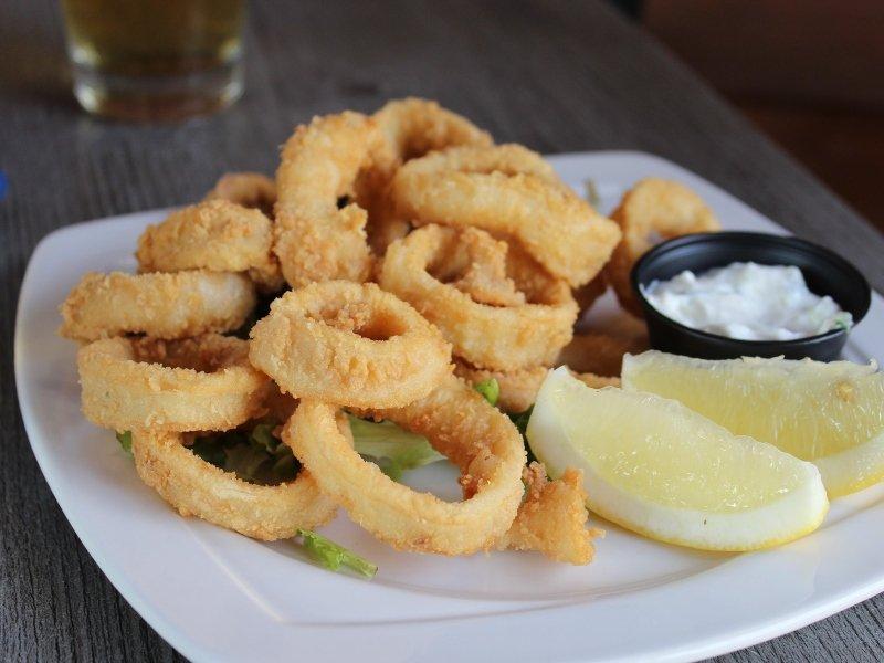 piatto di calamari fritti